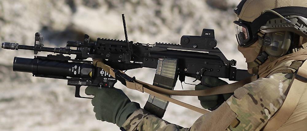 40 mm granatnik jednostrzałowy podwieszany GPBO-40 przystosowany jest domontażu do5,56-mm karabinków szturmowych wz. 96 Beryl lub 7,62-mm AKM / Zdjęcie: DEZAMET