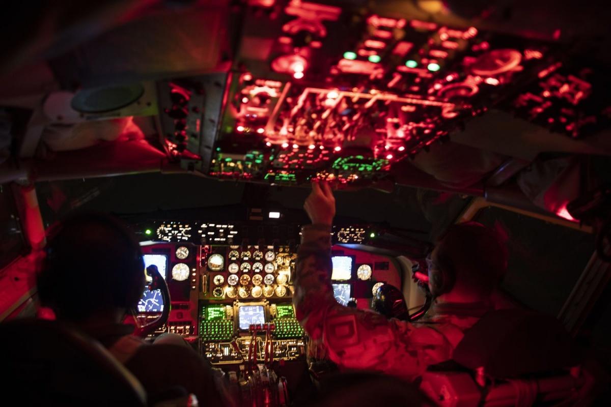 Danych wywiadowczych irozpoznawczych orazzasobów obserwacyjnych dostarczały siły zbrojne USA iWielkiej Brytanii, wtym samoloty dowodzenia polem walki E-8C Joint STARS. Działania powietrzne wspierały samoloty-cysterny KC-135R Stratotanker itransportowe C-17A Globemaster III / Zdjęcia: USAF