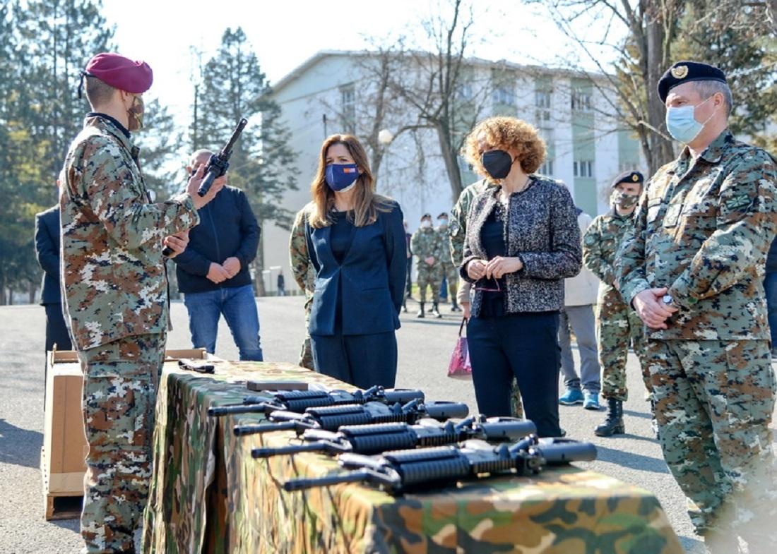 Stany Zjednoczone przekazały partię uzbrojenia strzeleckiego dowojsk lądowych Macedonii Północnej. Obejmuje ponad tysiąc karabinków automatycznych Colt M4. Todosyć częsta praktyka stosowana przezUSA, wiążąca obdarowanego zdonatorem ipozwalająca amerykańskiemu przemysłowi nałatwiejszy zbyt sprzęt wojskowego. / Zdjęcie: MO Macedonii Północnej