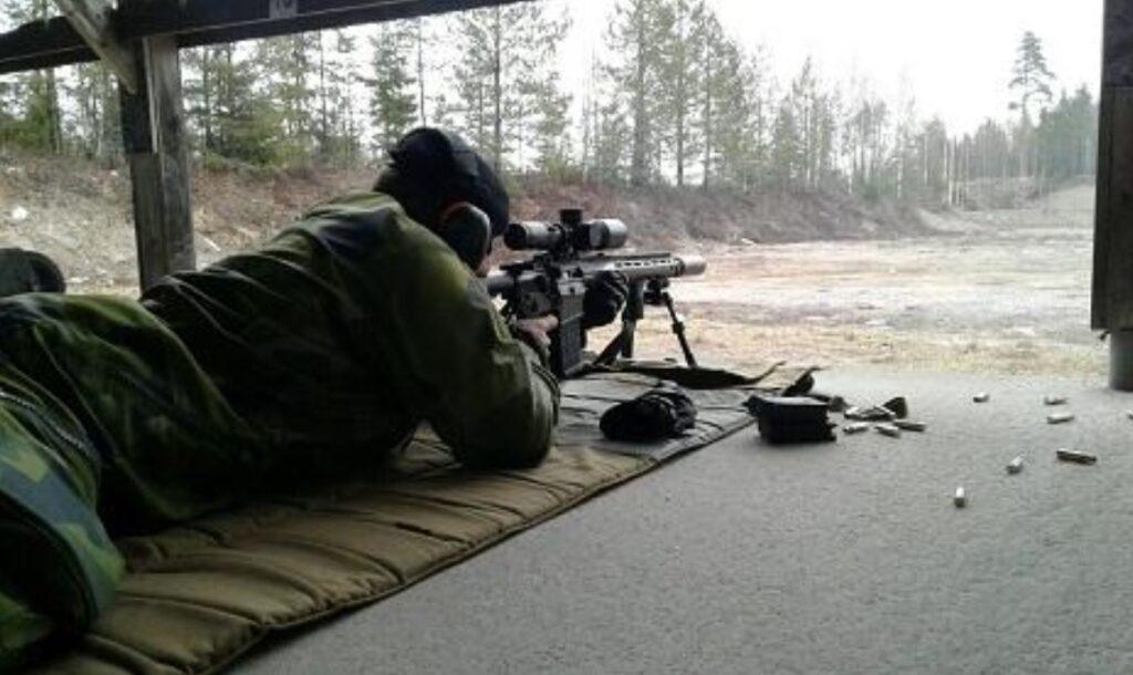 Pierwsze ujawnione zdjęcie fińskiego karabinu wyborowego SAKO K22. Zbronią zapoznaje się szwedzki brygadier Mikael Frisell, szef departamentu systemów wojsk lądowych FMV / Zdjęcie: FMV