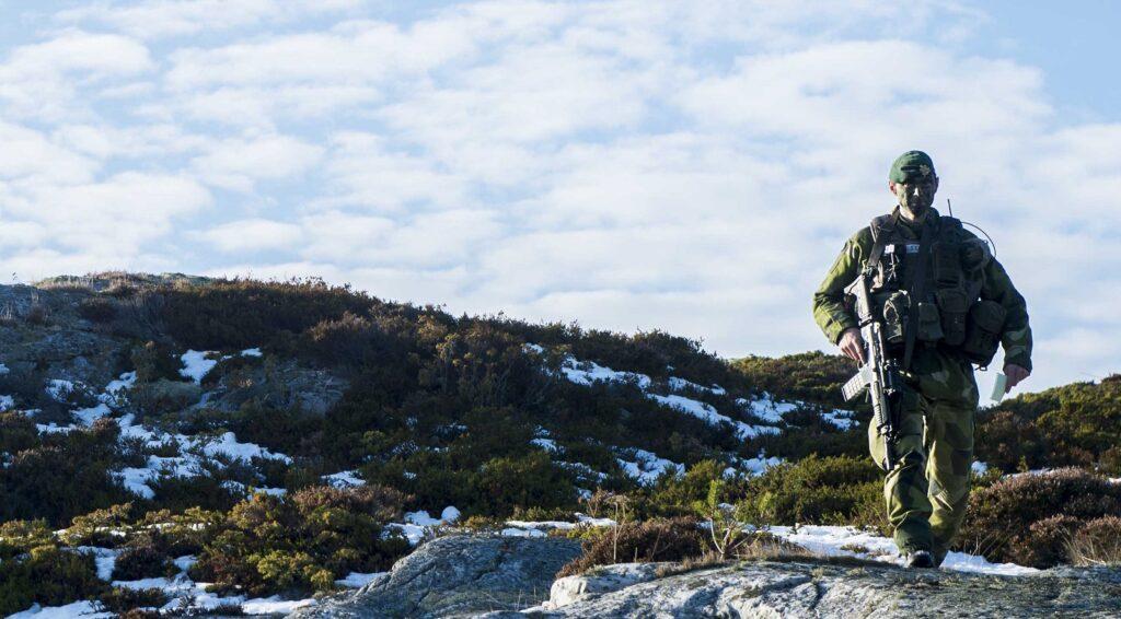 Szwedzkie siły zbrojne zamierzają wewrześniu 2021 roku rozpocząć postępowanie nadostawy nowego systemu broni strzeleckiej. Do2030 ma zastąpić obecnie używane karabinki Ak 5, karabiny Ak 4, karabinki maszynowe Ksp 90 ikarabiny snajperskie Psg 90 / Zdjęcia: Joel Thungren / MO Szwecji
